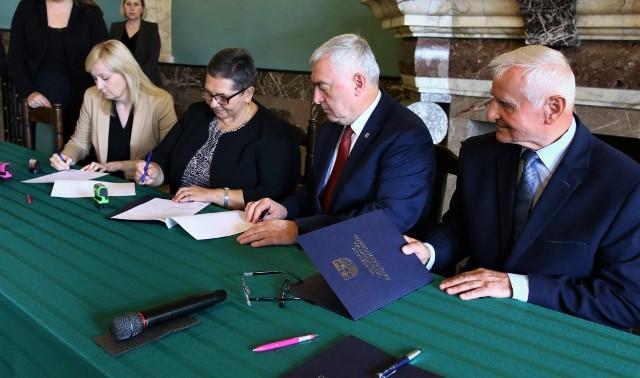 Umowy z marszałkiem województwa świętokrzyskiego Andrzejem Bętkowskim i członkiem Zarządu Markiem Jońcą podpisała między innymi wójt gminy Czarnocin Maria Kasperek.