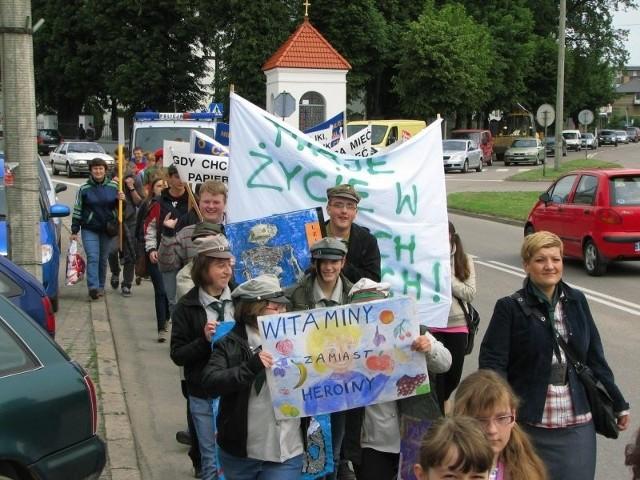 Dzieci i młodzież przemaszerowali przez miasto.