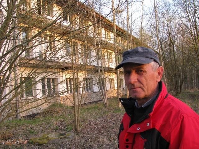 - Hotel niszczeje od lat i nikt z tym nic nie robi – przyznaje sołtys sołectwa Licheń Józef Waszak.