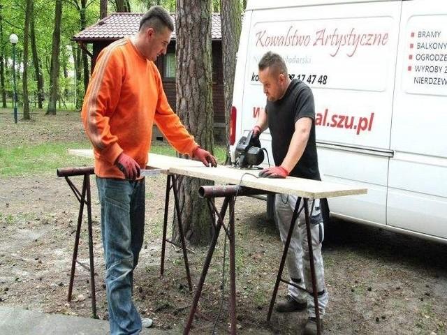 Łukasz Zalech i Nikodem Włodarski ( z prawej) modernizują domki w Rudniku