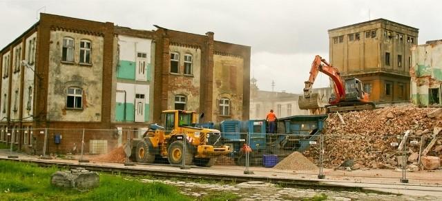 We wtorek rozbierano część budynków po papierni na wrocławskim Zakrzowie. Czy Whirlpool zostawi chociaż połowę obiektu?
