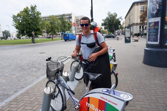 Nowe stacje rowerów miejskich są bardzo potrzebne. W szczególności mogłoby być ich więcej obok urzędów czy przy większych sklepach spożywczych - mówi student Damian Wojtkielewicz (na zdjęciu)