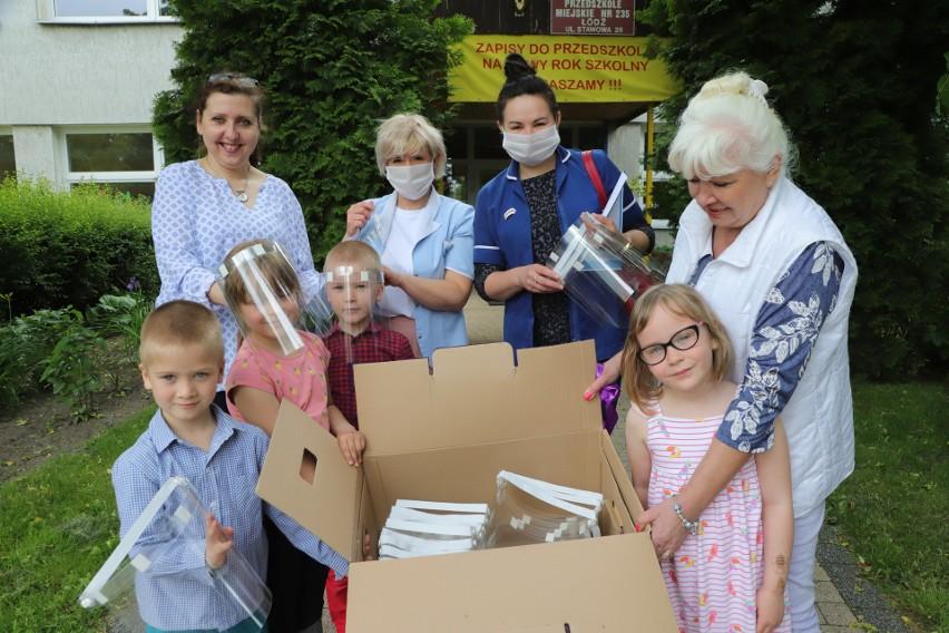 Podsumowaniem wspólnego sukcesu – kadry PM nr 235, przedszkolaków i ich rodziców - była piątkowa uroczystość przekazania przyłbic przedstawicielom szpitala.