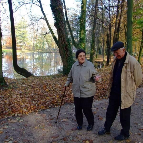 Łucja Piontek i Józef Śmietana często spacerują po parku. - Ten remont to dobry pomysł - mówią.
