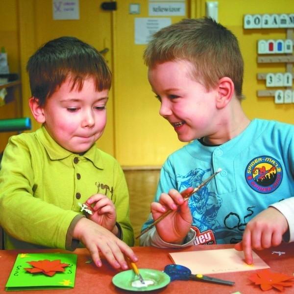 Pięciolatki z Przedszkola Samorządowego nr 14       bardzo zaangażowały się w pomoc dla chorego Kacperka. Zrobiły piękne pocztówki.