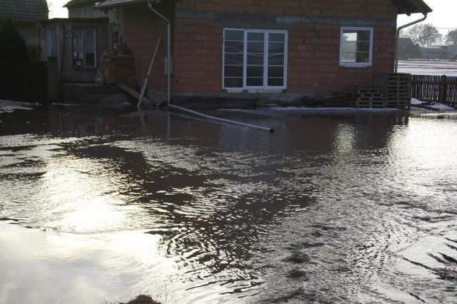 Woda wdarła się na podwórka 7 gospodarstw.