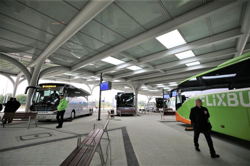 """Centrum przesiadkowe """"Sądowa"""" w Katowicach zostało otwarte. Odjeżdża stąd 12 autobusów ZTM, a od 1 października także pojazdy obsługujące połączenia dalsze"""