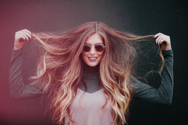 Posiadaczki cienkich i delikatnych włosów często borykają się z tym problemem. Zmieniając szampon i odżywkę, a także sposób stylizacji i suszenia włosów, możesz w prosty sposób sprawić, że Twoja fryzura wyraźnie zwiększy swoją objętość.