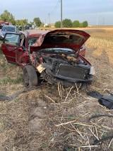 Przerażający wypadek. Samochód wbił się w drzewo. Sprawcą był kierowca BMW