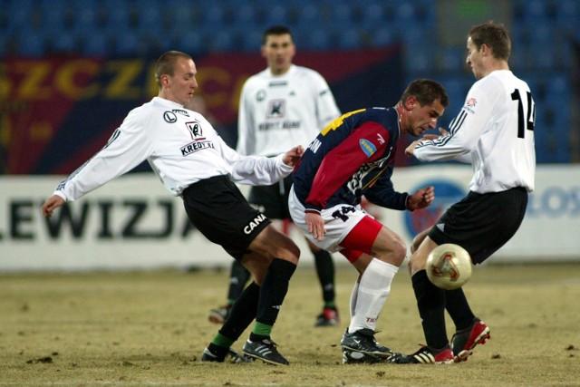 Ostatni mecz Pogoni z Legią wiosną 2003 roku. Tomasz Kułkiewicz osaczony przez pomocników Legii Adama Majewskiego i Aleksandra Vukovicia. Żadnego z tych piłkarzy nie zobaczymy w najbliższym pojedynku tych drużyn.