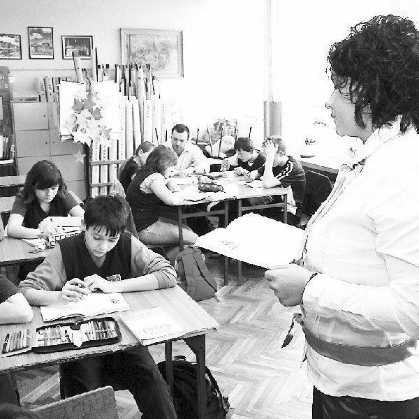 Na zdjęciu: Magdalena Marczak prowadzi lekcję  historii, w głębi, z mniejszą grupą uczniów,  Tomasz Szmajda.