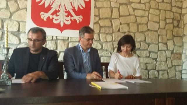 Umowę na finansowanie projektu podpisali: Iwona Korczyńska-Sapielak, prezes fundacji  oraz marszałek województwa Adam Jarubas.