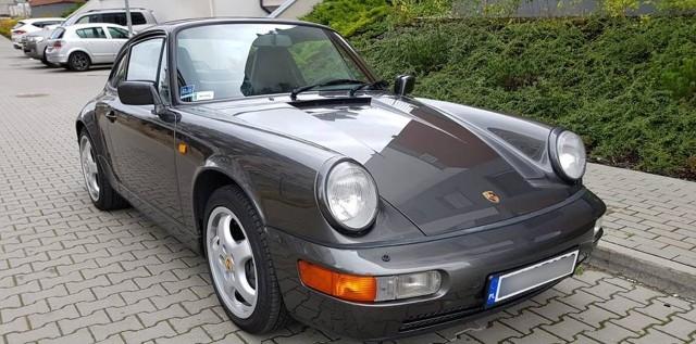 W nocy 30 stycznia 2019 r. około godz. 3.00 z garażu przy ulicy Jagiellońskiej w Bydgoszczy skradziono Porsche 911. Auto jest z roku 1991 (generacja 964). Złodziej, włączając się do ruchu na wysokości ul. Jagiellońskiej 70A spowodował kolizję i odjechał z miejsca zdarzenia. Informację tę potwierdza dyżurny Komendy Wojewódzkiej Policji w Bydgoszczy. - Otrzymaliśmy zgłoszenie  kradzieży i stłuczki, złodziej  odjechał skradzionym samochodem - informuje st. asp. Piotr Duziak. Policja poszukuje skradzionego auta i sprawców kradzieży. O pomoc w odnalezieniu samochodu zwrócił się do internautów właściciel Porsche 911, zamieszczając wpis na swoim  profilu na Facebooku. Każdy, kto może mu pomóc w odzyskaniu jego własności, proszony jest o kontakt przez Messengera.Ktokolwiek wie, gdzie znajduje się auto, proszony jest również o kontakt z policją. Tablice rejestracyjne zostały zasłonięte ze względu na to, że zdjęcia zrobiono zanim auto zostało przerejestrowane. Samochód może znajdować się w każdym miejscu Polski, niewykluczone, że złodzieje będą chcieli go rozmontować, stąd apel o udostępnianie informacji gdziekolwiek się da.Dane auta:Aktualny numer rej C9JAN11. Numer VIN: WP0ZZZ96ZMS405992.Więcej zdjęć skradzionego Porsche 911 >>>Flesz - wypadki drogowe. Jak udzielić pierwszej pomocy?