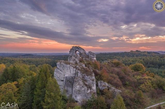 Okiennik Wielki o wschodzie słońca. Jura Krakowsko-Częstochowska jest jednym z najpiękniejszych zakątków województwa śląskiego. Szczególnie jesienią, gdy jurajskie skały widać zza kolorowych koron drzew. Wśród nich jest m.in. Okiennik Wielki w Piasecznie (gmina Kroczyce). Zobaczcie jak Jura wygląda o wschodzie słońca. >>>