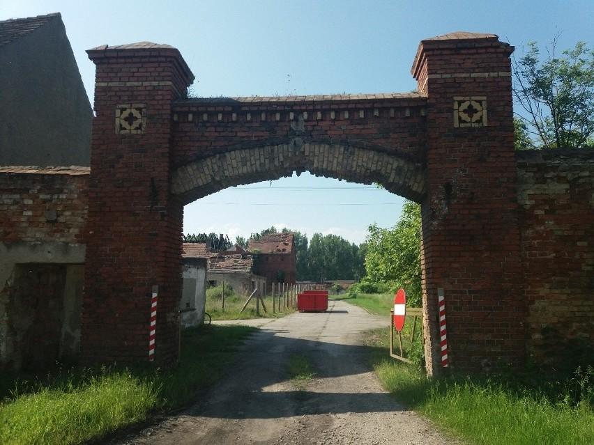 Za bramą wjazdową do dawnego PGR-u w Międzyrzeczu dookoła...