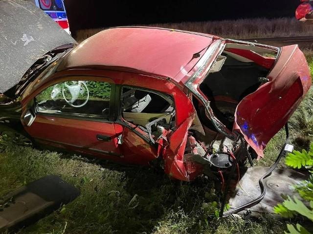 Wypadek na trasie Szamocin–Młynary. Samochód uderzył w drzewo i zatrzymał się w rowie. Wcześniej na drogę wybiegło zwierzę
