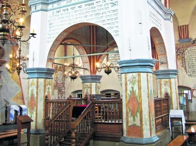 Sala modlitewna w tykocińskiej synagodze to jeden z niewielu zachowanych oryginalnych obiektów.