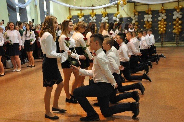 e3ff4165eb W Garbatce-Letnisku na uroczystym balu spotkali się ósmoklasiści i ...