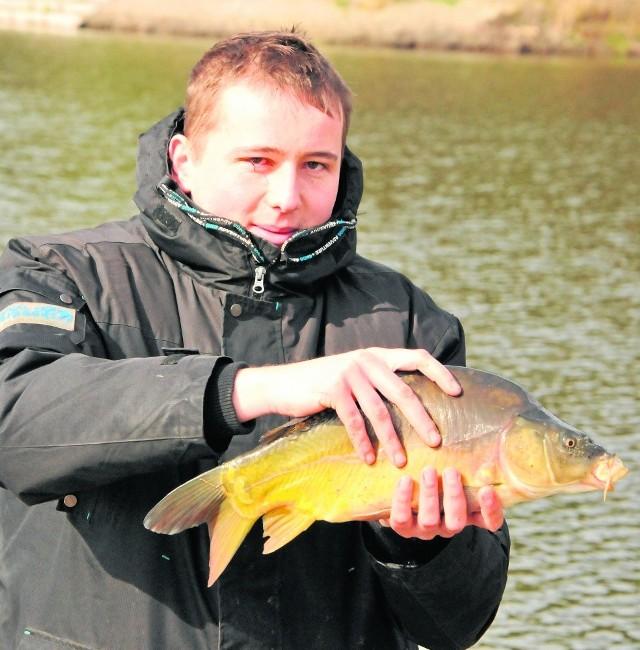 Komercyjne łowiska coraz bardziej popularneMaciej Jankowiak na łowisku w Kuźnicy był pierwszy raz i od razu ładna ryba. - W jeziorze trudno o taką - mówi wędkarz