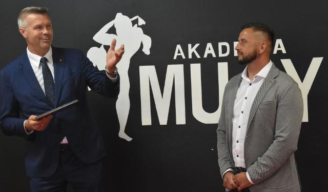 Prezydent Kielc Bogdan Wenta na uroczystym otwarciu nowej sali treningowej Akademii Muay Thai w Kielcach.
