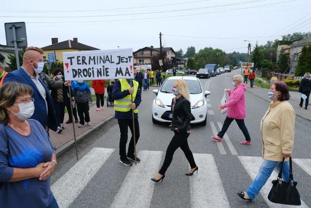 W Sławkowie mieszkańcy protestowali przeciwko uciążliwym tirom, blokując przejazd ulicą Hrubieszowską Zobacz kolejne zdjęcia/plansze. Przesuwaj zdjęcia w prawo - naciśnij strzałkę lub przycisk NASTĘPNE