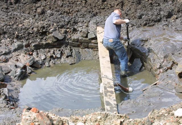 Po wypompowaniu wody z baszty kontynuowane będą prace archeologiczne.