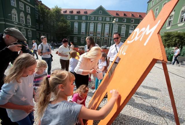 Mieszkańcy walczą o dom kultury w Podjuchach Kolorowy happening urządzili przez urzędem miasta mieszkańcy Podjuch. W wesołej atmosferze przekazali prezydentowi petycje w sprawie domu kultury w ich dzielnicy.