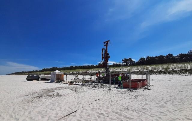 Miejsce badań geotechnicznych na plaży w Lubiatowie.