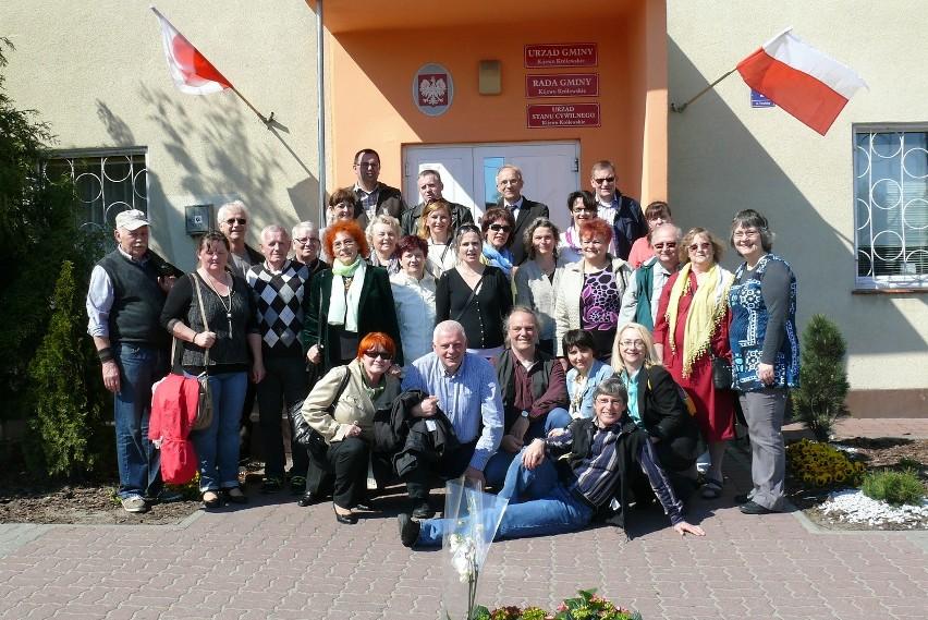 Pożegnanie gości nastapiło przed Urzędem Gminy Kijewo Królewskie