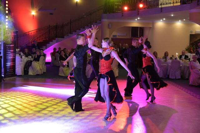 Tancerze białostockiej Formacji Kadryl ze Studia Tańca Justyna&Gracjan pokazali się gościom balu dwukrotnie, udowadniając jak bardzo są godni tytułów Mistrzów Polski i Świata.