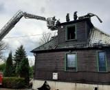 Pożar na plebanii pod Szydłowcem. Spaliła się część drewnianego budynku. W akcji kilkanaście jednostek straży