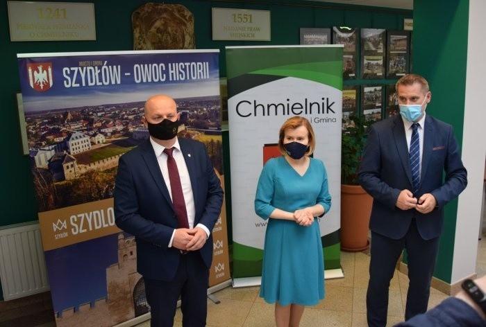 Konferencja prasowa w Chmielniku. Od lewej: Andrzej Tuz -...