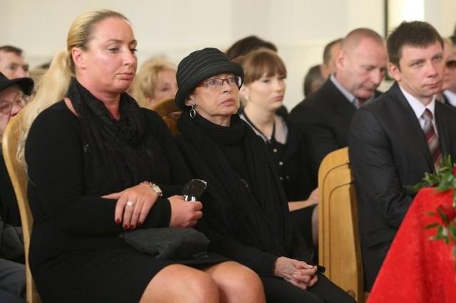 Ostatnie pożegnanie w kościele – od lewej Olga Belon, córka Wojciecha Belona, brata żony posła; żona posła Małgorzata Miodowicz i jego asystent społeczny Tomasz Olszewski.