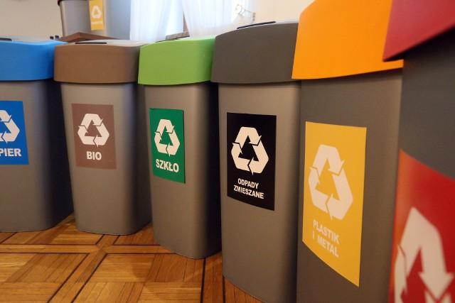 Kolory pojemników do segregacji mówią nam, jakie rodzaje odpadów należy do nich wrzucać