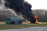 """Samolot lądował """"na brzuchu"""" i stanął w płomieniach. Zdjęcia. To na szczęście tylko ćwiczenia"""