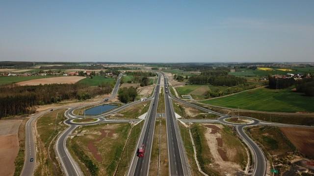Odcinek drogi S10 w 2027 r., a cała droga S11 rok później - w tych latach mają zostać oddane do użytku nowe fragmenty dróg ekspresowych w Wielkopolsce. Podano już dokładne lata budowy dla każdego z odcinków. Najwcześniej, bo w 2026 r. ma zostać oddany do użytku odcinek S11 Oborniki - Poznań z obwodnicą Obornik. Jego budowa rozpocznie się w 2024 r. Sprawdź, kiedy gotowe będą wszystkie odcinki w regionie.Przejdź do następnego slajdu -------->