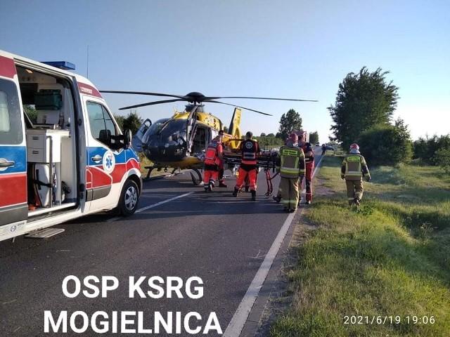 Na miejscu wypadku było Lotnicze Pogotowie Ratunkowe. Kierowca mazdy został przetransportowany śmigłowcem do szpitala w Radomiu.