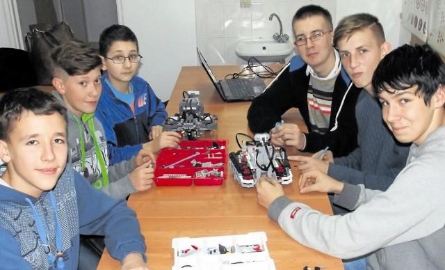 Dwa zespoły konstruktorów robotów z Szudziałowa. Od  lewej: Paweł Wiszniewski, Filip Dobrenko, Bartek Kundzicz, Szymon Woronowicz, Kacper Babynko i Karol Łazarewicz.