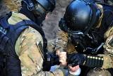 Wypadek antyterrorysty w Szczecinie. Lekarze walczą o życie policjanta. Spadł z wysokości