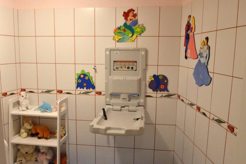 Najszybciej, nowej dyrektorce Augustynie Nowackiej udało się przygotować kąt dla matki z dzieckiem z którego mogą skorzystać także osoby z zewnątrz, bo przewijak znajduje się w damskiej toalecie na parterze.