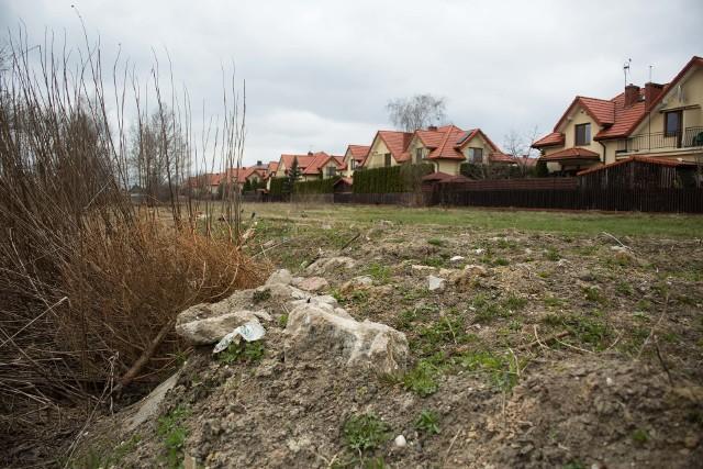 Mieszkańcy twierdzą, że radny Andrzej Perkowski wywozi ziemię z gruzem.