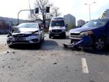 Czołowe zderzenie na Popowicach we Wrocławiu. Jedna osoba jest ranna [ZDJĘCIA]