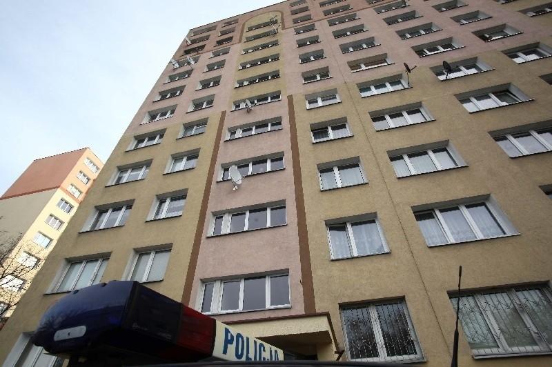 Z okna między 9, a 10 piętrem na klatce schodowej bloku przy ul. Odyńca 30 wyskoczyła 29-letnia kobieta. Jej stan jest bardzo ciężki.