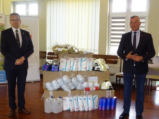 Podczas uroczystego przekazania sprzętu dla strażaków obecni byli między innymi (od lewej): burmistrz Arkadiusz Sulima i wicemarszałek Rafał Rajkowski.