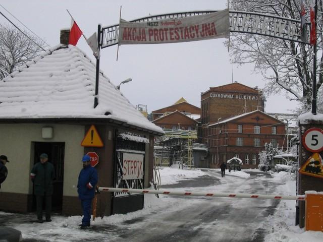 Na bramie wejściowej do podstargardzkiej cukrowni pojawiły się flagi. Trwa strajk, ale firma działa normalnie.