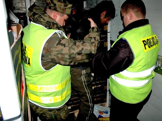 Afganczyk podrózowal w ciezarówce-chlodni18-letniego obywatela Afganistanu zatrzymali funkcjonariusze placówki Karpackiego Oddzialu Strazy Granicznej w Barwinku i policjanci z komendy miejskiej policji w Krośnie.