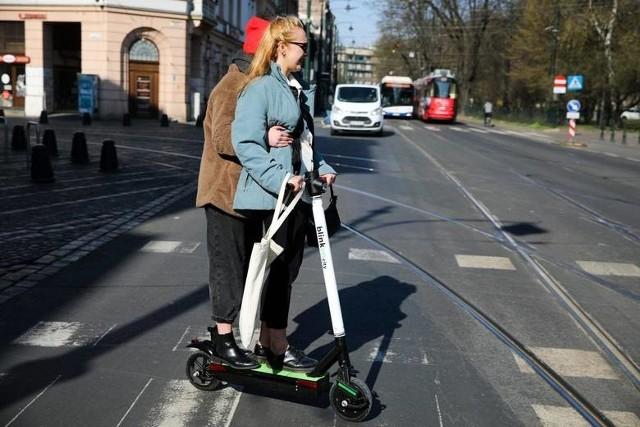 Wygląda na to, że powoli kończy się samowola jeżdżących elektrycznymi hulajnogami. Prezydent Andrzej Duda podpisał ustawę regulującą status prawny hulajnóg elektrycznych i urządzeń transportu osobistego. Przepisy wprowadzają m.in. ograniczenia w poruszaniu się e-hulajnogą zależne od wieku. Wejdą w życie 30 dni po ogłoszeniu ustawy.Czytaj dalej. Przesuwaj zdjęcia w prawo - naciśnij strzałkę lub przycisk NASTĘPNE