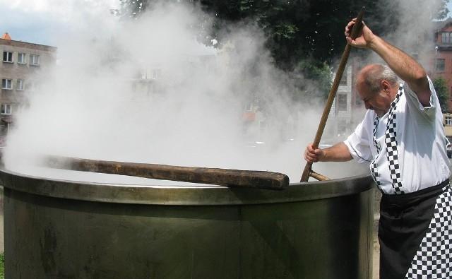 W czasie Pomorskiego Dnia Rybaka w Bytowie ugotowano 4 tysiące litrów zupy rybnej. Przygotował ją Krzysztof Górski z Teatru Kulinarnego.