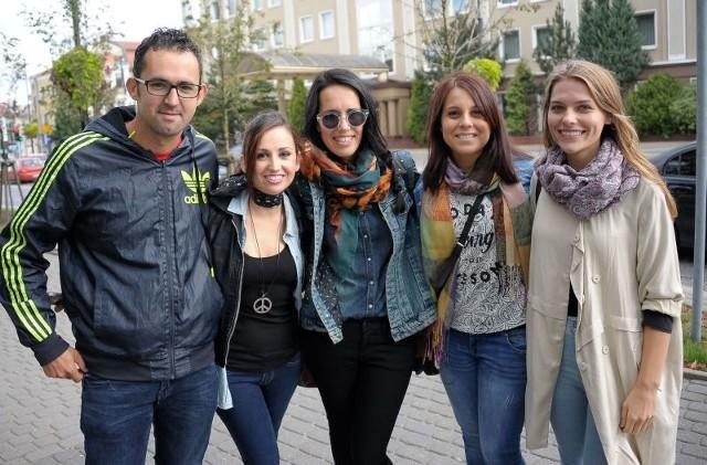 Fernando w wakacje organizował dzieciom z Michałowa zajęcia. Teraz do Białegostoku przyjechały (od lewej) Sandra, Alba i Christina. Projekt koordynuje Paulina Podolak (z prawej).