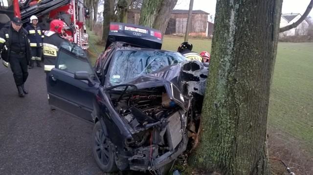 Wypadek w gminie Tczew. Auto uderzyło w drzewo